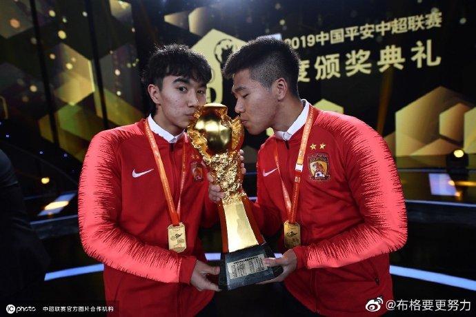 颁奖典礼捧金杯,恒大球员纷纷在社媒上晒照纪念
