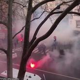 巴黎发生球迷骚乱:一名巴黎球迷因焚烧土耳其国旗被扒光
