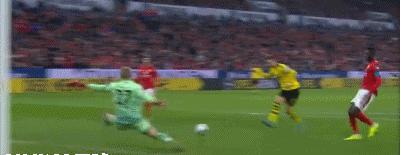 GIF:多特后场长传,罗伊斯近在咫尺单刀球被扑