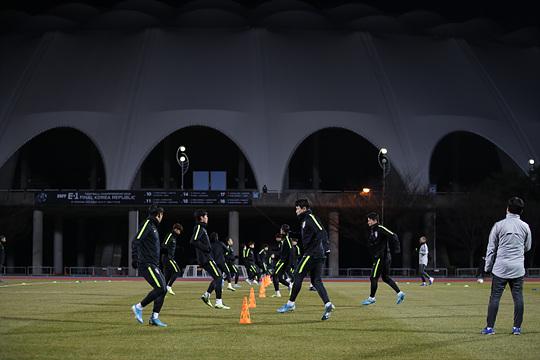 韩国球迷在训练场外高呼:请5-0赢中国队