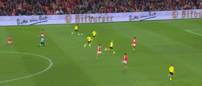 GIF:多特全队压上快速反击,桑乔轻巧推射入网,2-0