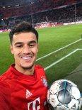 库蒂尼奥收获在拜仁的首个帽子戏法,和比赛用球甜蜜合影