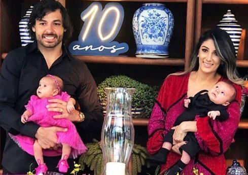家庭美满儿女双全,高拉特INS晒照庆祝结婚十周年