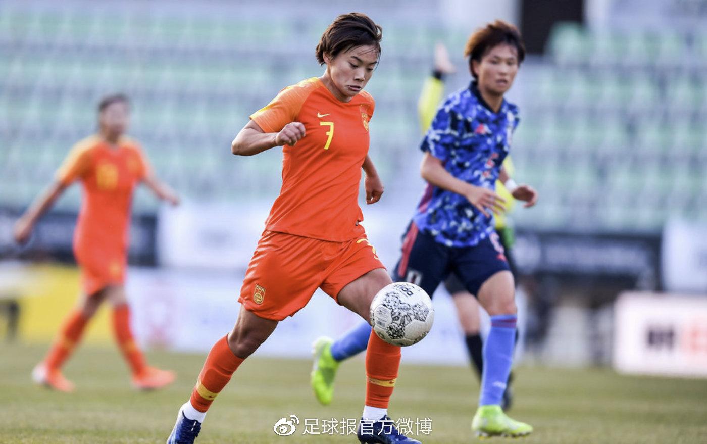 女足不敌日本赛后球迷索要合影,王霜无奈回复:输球了