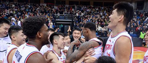 吴庆龙:亚当斯投出了制胜球,全队都很全力