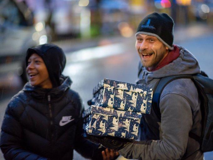 暖男!拉什福德在曼市做慈善,派发1200份圣诞礼盒