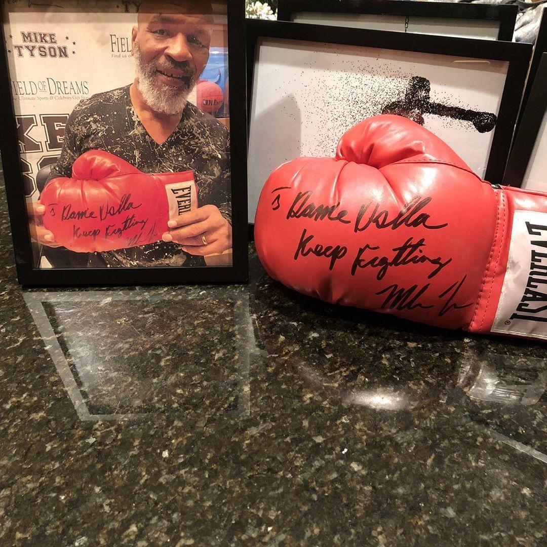 拳王的寄语!利拉德晒泰森签名拳击手套并祝自己圣诞快乐