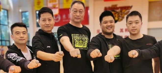 正能量!广东男篮为球队保障团队颁发CBA总冠军戒指