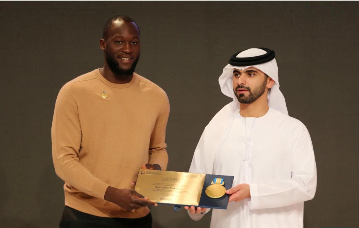 忙中出错!迪拜体育大会奖杯上错拼卢卡库姓名