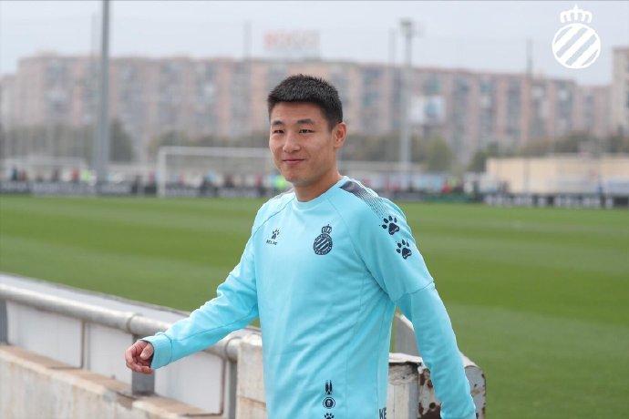 努力备战联赛下半程!武磊在新帅首堂训练课上认真训练