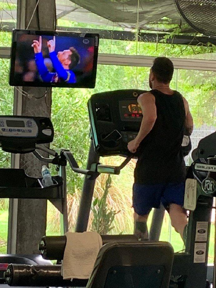 自己看自己!梅西被拍到在健身房边健身边看自己比赛录像