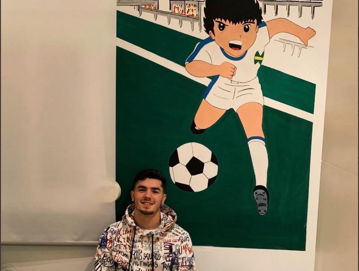 足球启蒙,布拉欣晒童年卧室,壁画是大空翼