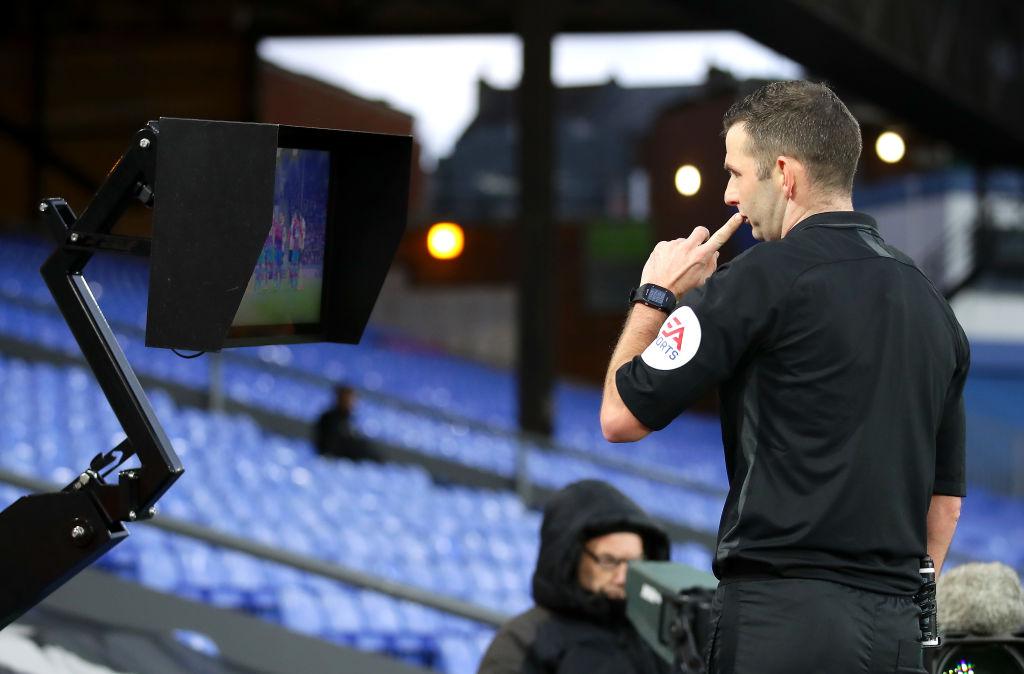 敢吃螃蟹!奥利弗成英格兰首位在场边看VAR显示器的裁判