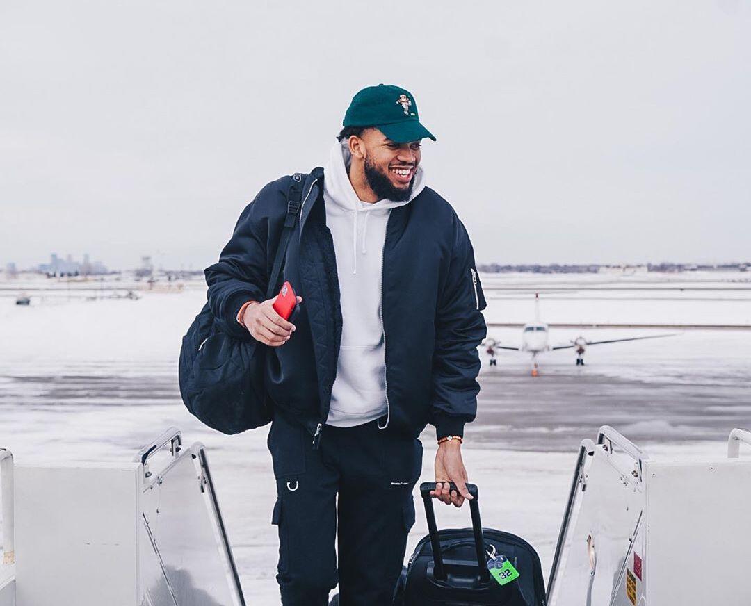 飞赴客场,森林狼球员登机前往芝加哥