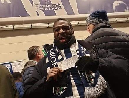 暖心一幕,一名西布朗球迷将球票转赠给流浪汉