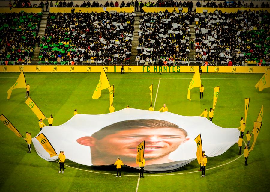 萨拉逝世一周年,南特俱乐部展示巨幅画像向他表示悼念