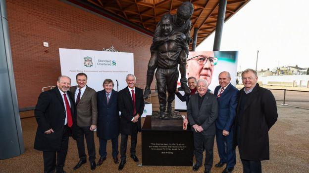 致敬传奇!利物浦为球队名宿佩斯利揭晓安菲尔德新雕像