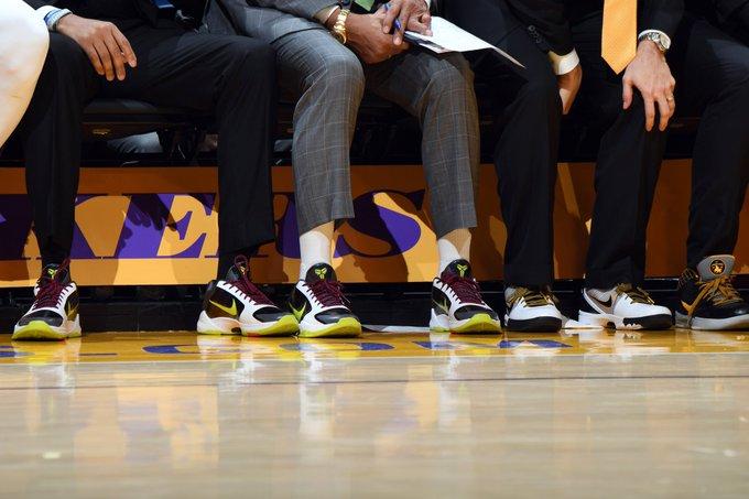 湖人教练组在今天比赛中都穿上科比战靴,缅怀科比