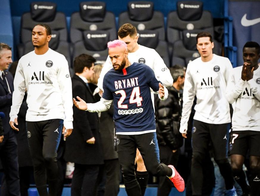 一图流:内马尔身穿印有科比名字的24号球衣登场热身