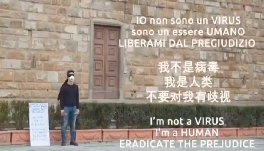 """中国小伙在意大利立""""我不是病毒""""标语获支持,卡帅点赞"""
