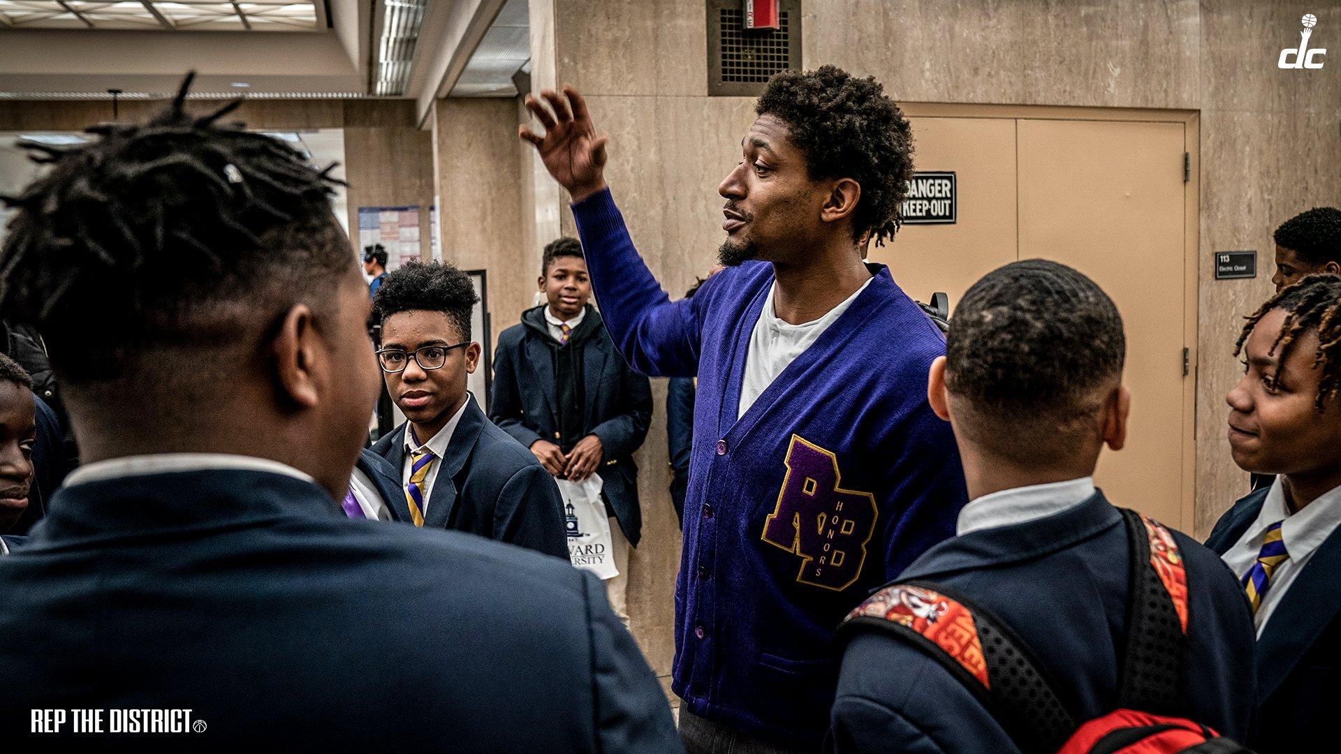 比尔带50位高中生参观霍华德大学,詹姆斯:酷毙了兄弟