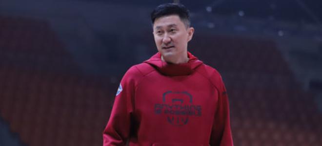 同为一家!杜锋携队员观看女篮直播:中国女篮加油