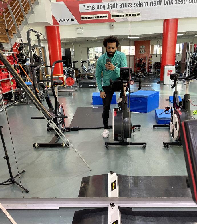 我回来训练啦!萨拉赫晒照,回归梅尔伍德基地健身