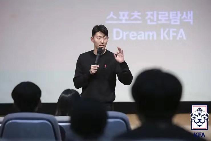 孙兴慜冬歇期回国参加足协活动,客串青少年导师