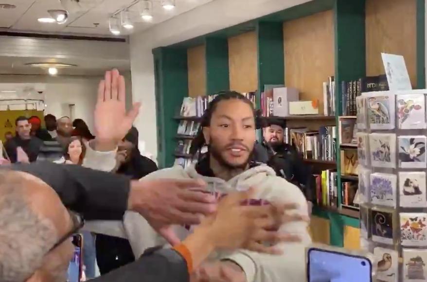 """罗斯今日现身芝加哥某书店,现场球迷高喊""""MVP"""""""