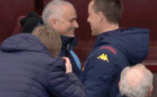 GIF:师徒情深!比赛开始前穆里尼奥和特里拥抱交谈