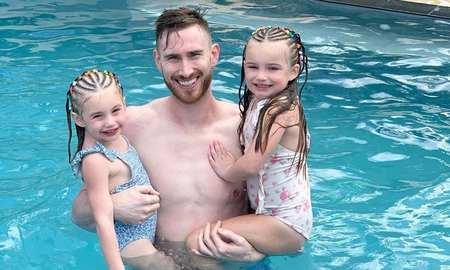 幸福快乐的一家!海沃德陪妻子和女儿海滨度假