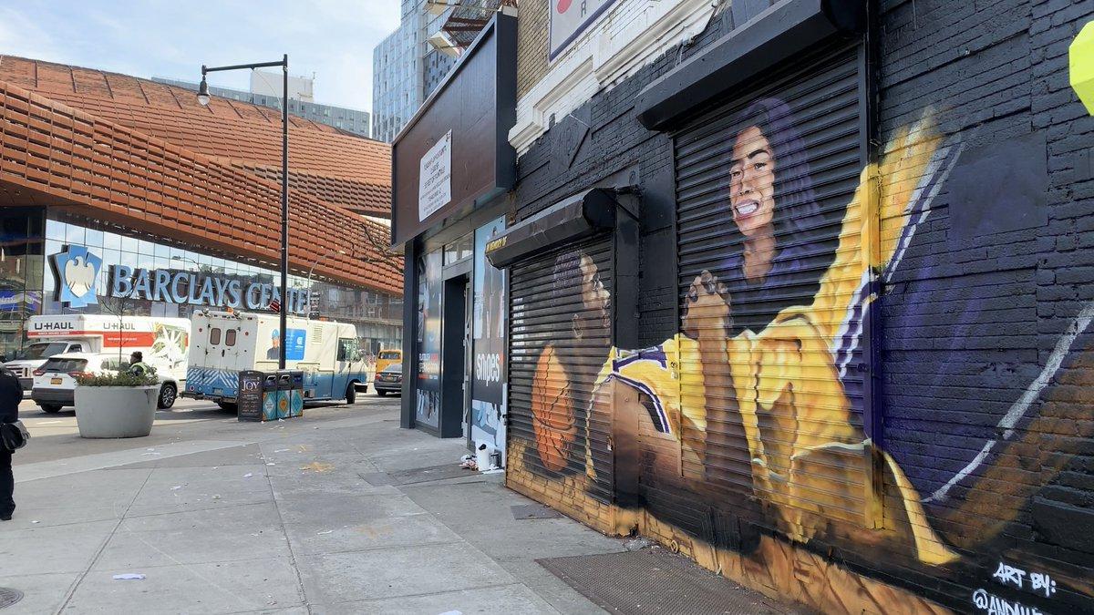 篮网官推晒出其主场球馆附近科比与其女儿纪念涂鸦画