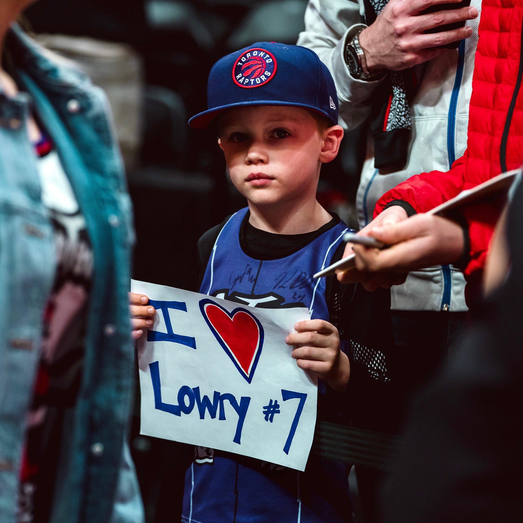 猛龙官推晒出场边洛瑞小球迷照片:我们与你一样喜爱洛瑞