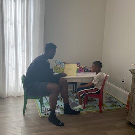 NBA官推晒蔡恩居家生活照:美满的家庭时光感觉也很不错