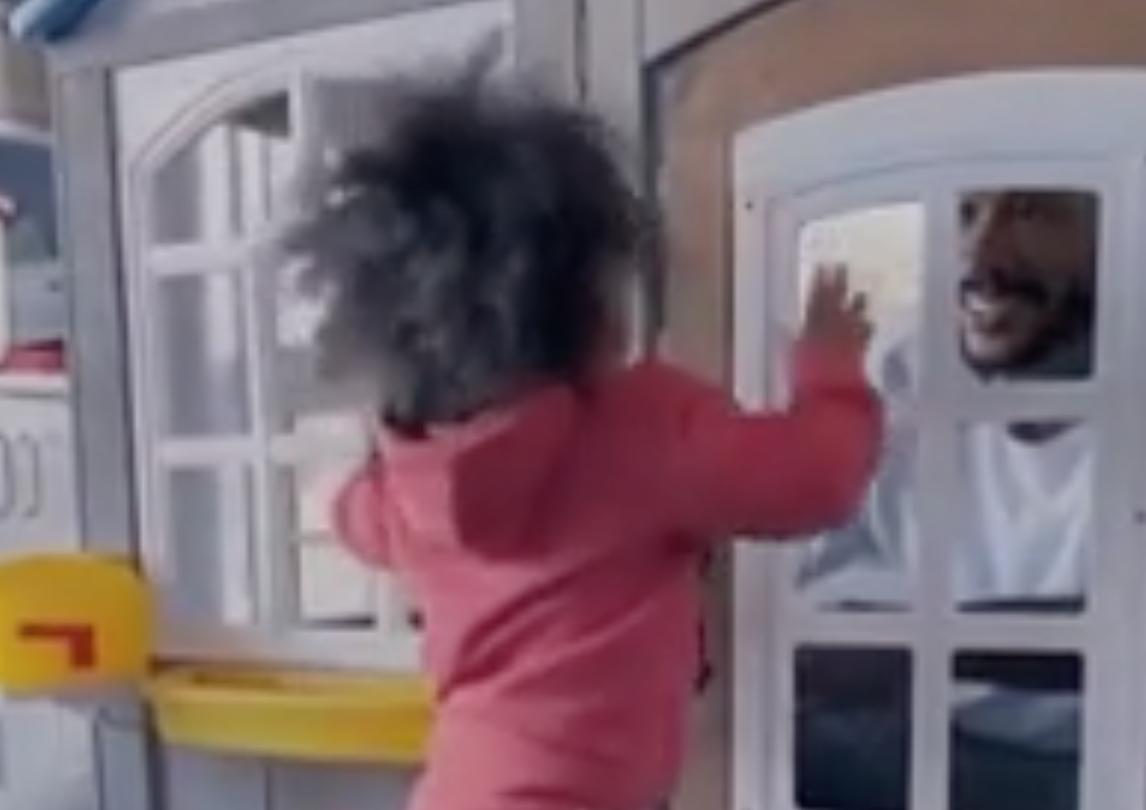 家庭第一!罗斯与孩子们嬉戏并且将自己锁在玩具屋内