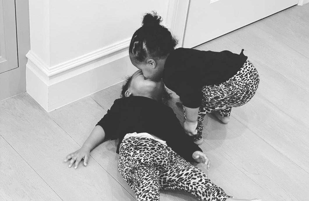 没有社交距离的一天!威少妻子晒双胞胎女儿的亲密互动