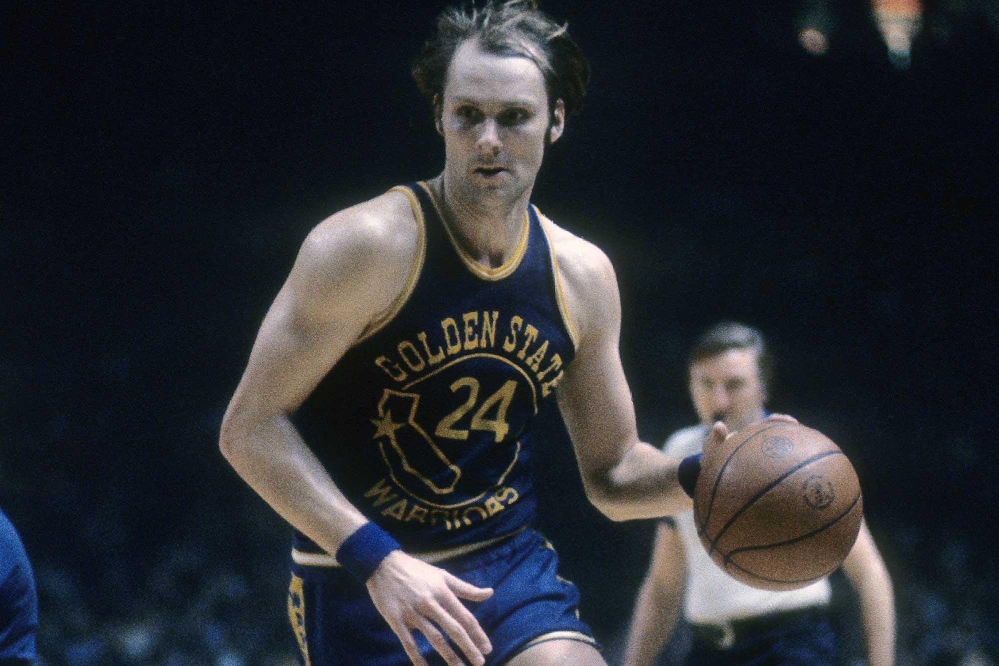 1974年的今天,巴里在比赛中得到60分10篮板9助攻5抢断