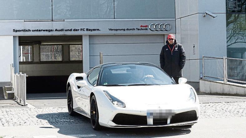 图片报:聚勒在拜仁基地康复训练,随后驾驶法拉利离开