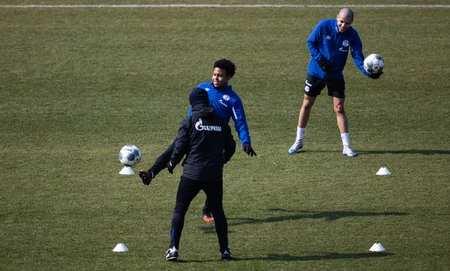 沙尔克恢复训练,球员距离2米宁静距离