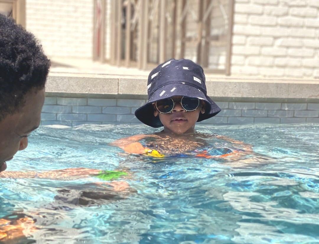 舒适惬意!威斯布鲁克妻子晒与家人一起泡在游泳池中的照片