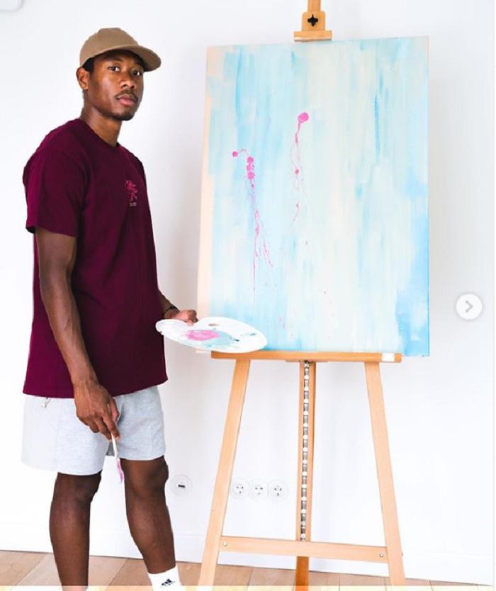 能打几分?阿拉巴展现抽象画作:吾的画能卖众少钱