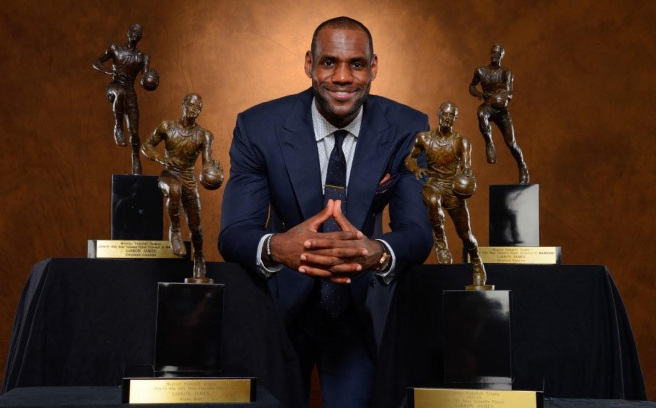 7年前的今天,詹姆斯得到个人第四座MVP奖杯