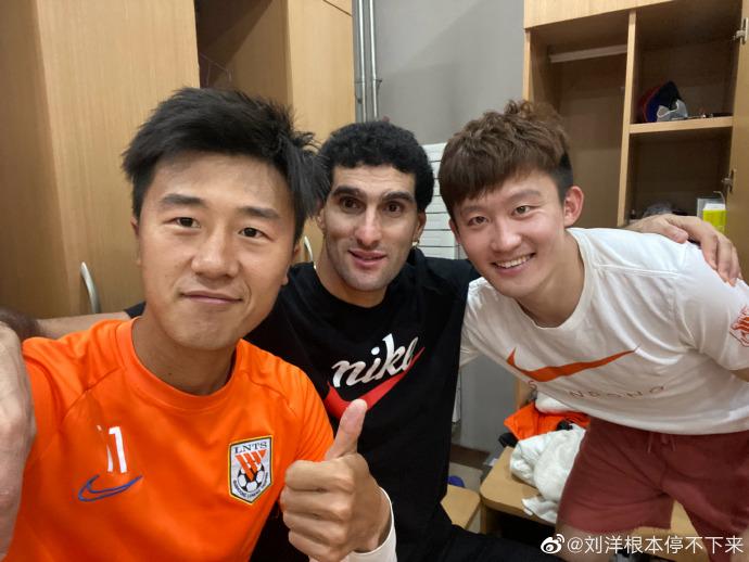 鲁能球员刘洋晒相符照迎接费莱尼归队:迎接回家,兄弟!