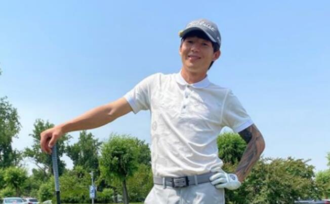 朴成晒自己打高尔夫帅照,前队友费祖拉乌点评:SB
