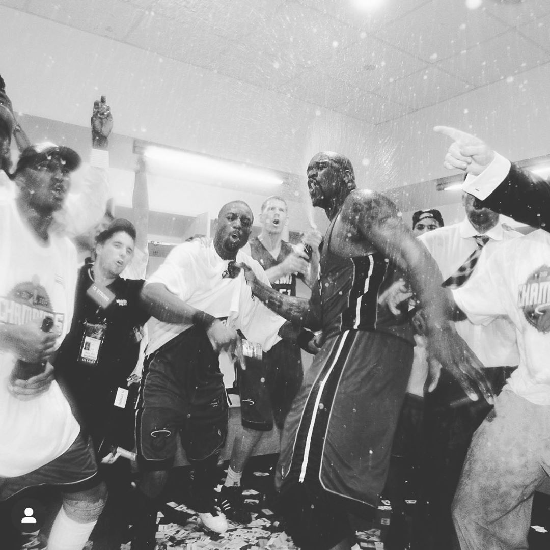 昔日辉煌!韦德Ins晒2006年热火夺冠更衣室庆祝的照片