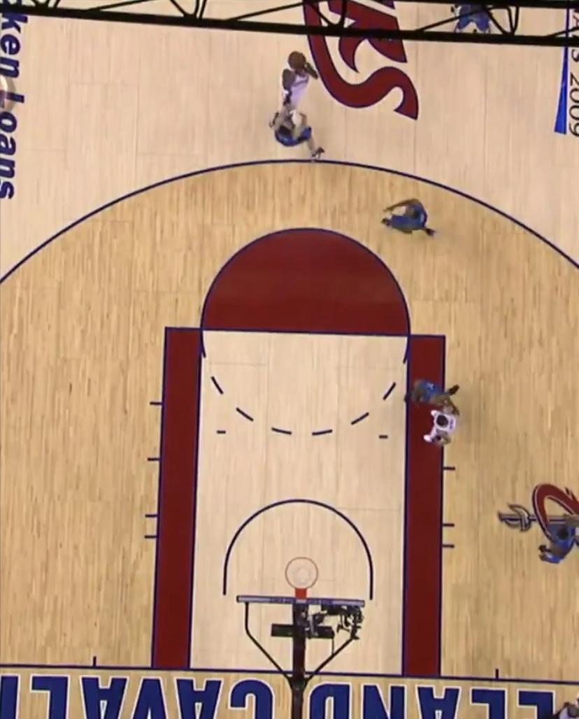 NBA官推发布09年东决G2詹姆斯三分绝杀俯瞰视角画面
