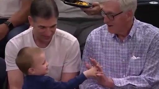 大卫-斯托克顿晒出儿子与斯隆击掌视频:谢谢你,教练