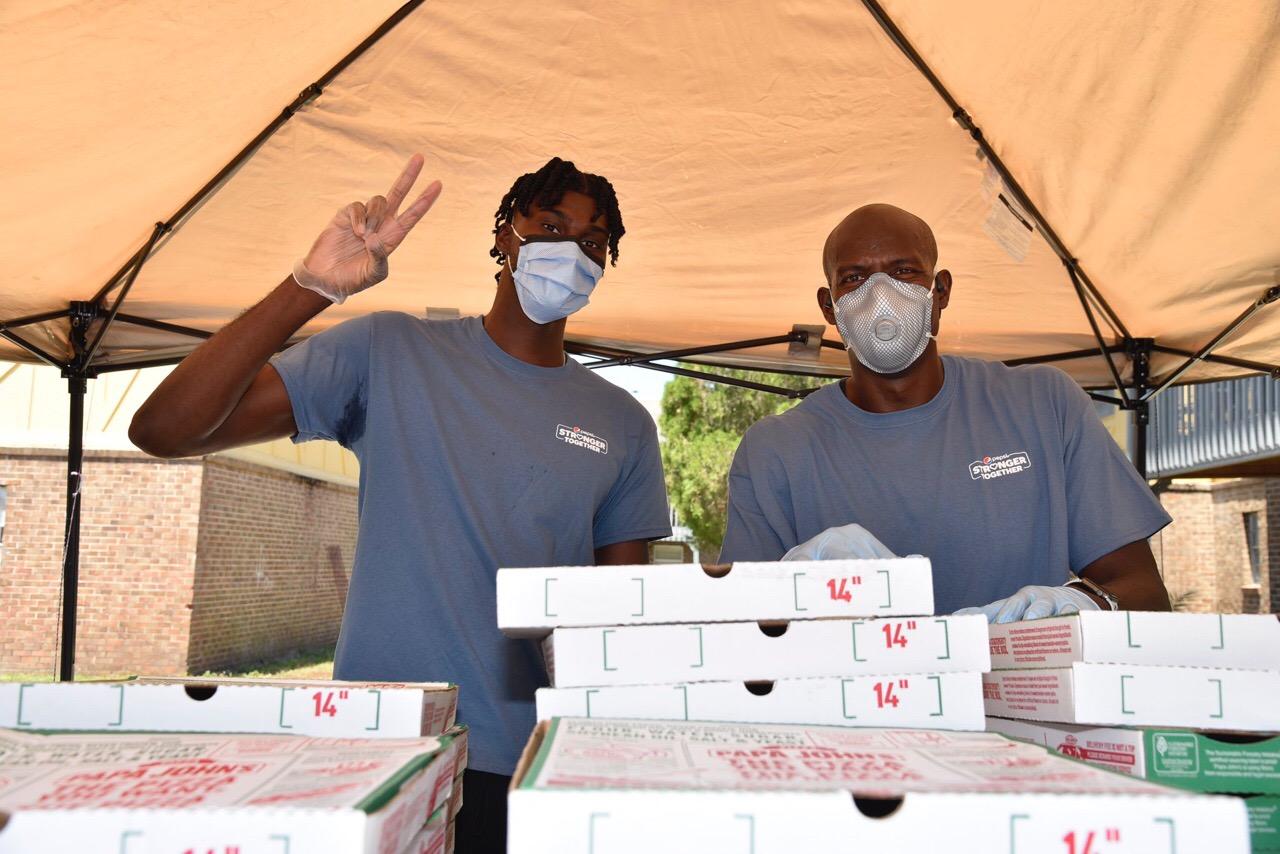 艾萨克与百事和棒约翰合作为100个家庭送去食物