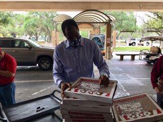 有爱!大卫-罗宾逊为圣安东尼奥前线医护人员提供食物