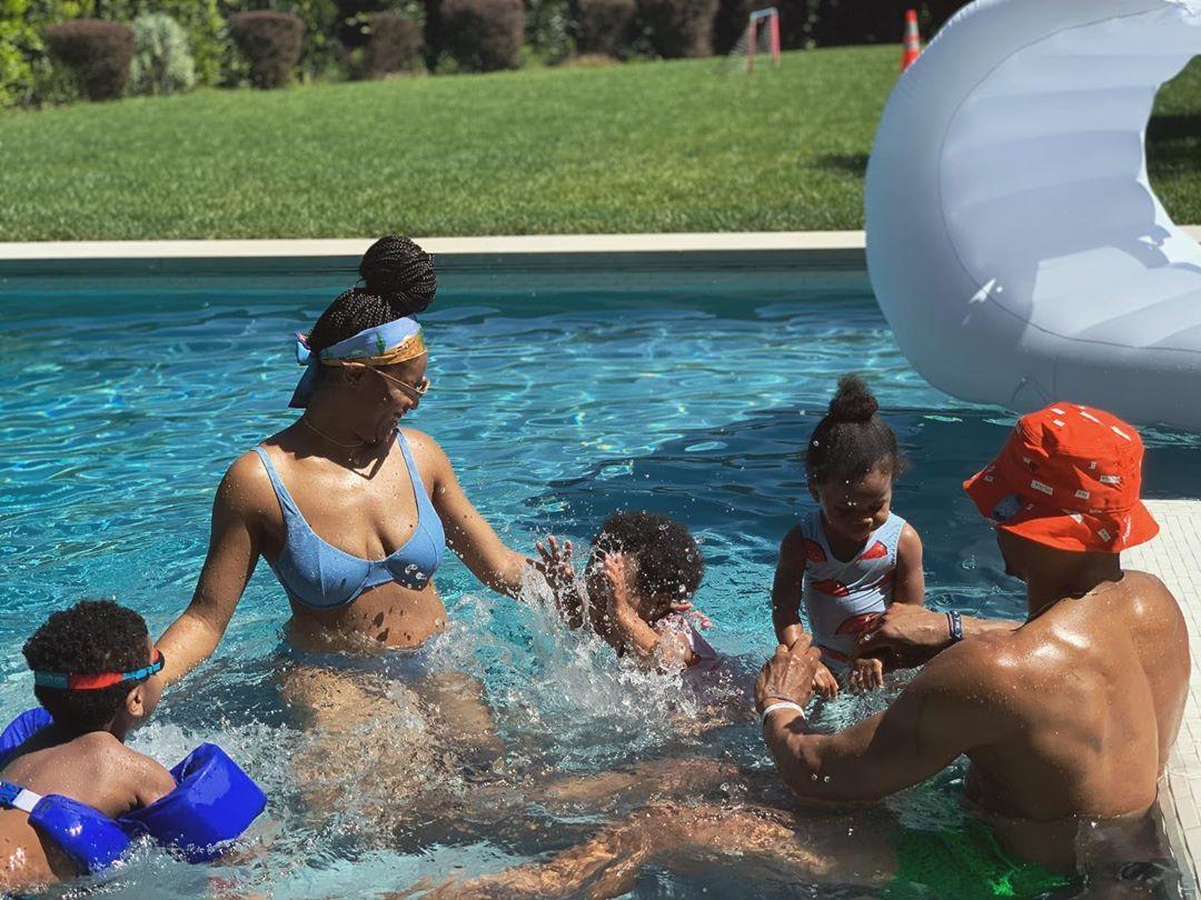 幸福一家!威少妻子晒全家一起在泳池中玩耍的照片